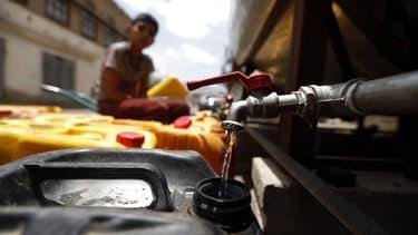 Un robinet distribue de l'eau potable depuis un réservoir d'eau dans la capitale, Sanaa le 2 juillet 2017