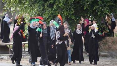 """A Misrata des Libyens célèbrent la fin de Mouammar Kadhafi. Après huit mois d'affrontements armés, le """"guide"""" de la révolution a été tué jeudi dans des circonstances obscures aux alentours de Syrte, sa ville natale. /Photo prise le 20 octobre 2011/REUTERS"""