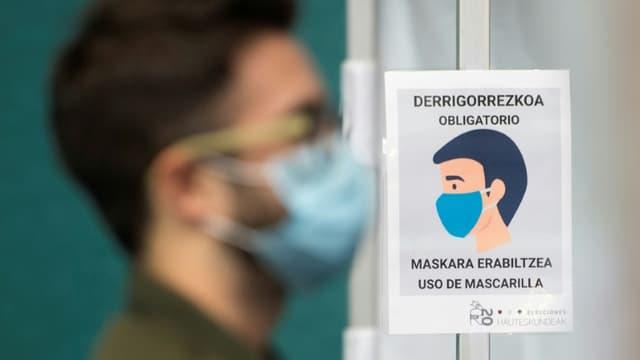 Une affiche indiquant le port du masque obligatoire dans un bureau de vote de Ordizia, le 12 juillet 2020 jour d'élections régionales au  pays basque espagnol
