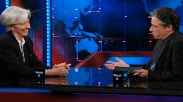 Christine Lagarde s'exprime en anglais face Jon Stewart.
