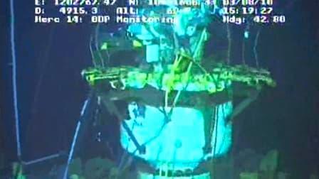 """Vue du dôme de confinement posé par BP sur le puits de pétrole endommagé à l'origine de la marée noire dans le golfe du Mexique. La compagnie pétrolière a lancé mardi son opération """"static kill"""" destinée à colmater définitivement la fuite. /Image vidéo to"""