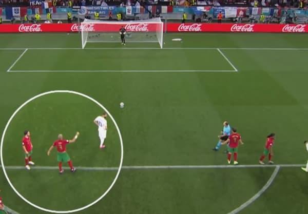 Pepe indique la direction du penalty de Karim Benzema à son gardien, Rui Patricio