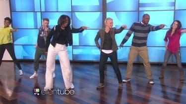 """Michelle Obama interprétant sa """"gimmefive dance"""", sur le plateau d'Ellen DeGeneres."""