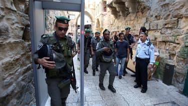 Des soldats israéliens devant un détecteur de métaux venant d'être installé, dans la Vieille ville de Jérusalem, le 8 octobre.