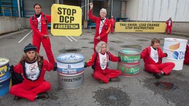 Greenpeace a bloqué les accès d'une conserverie de thon Petit Navire à Douarnenez, dans le Finistère, le 23 mai 2016.