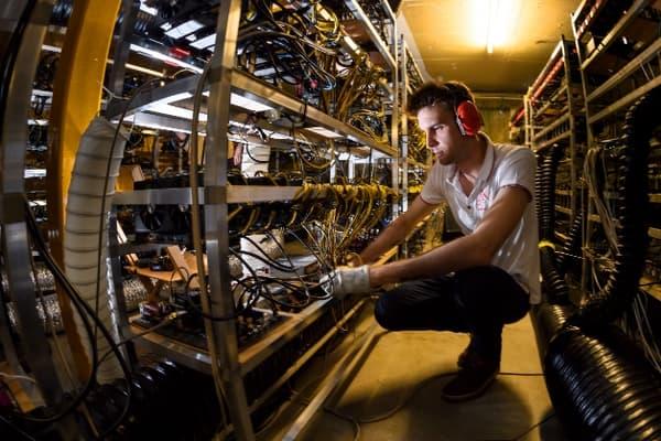 """Dans le local d'Alpine Mining, 900 cartes graphiques, soit l'équivalent de 150 ordinateurs, """"minent"""" des cryptomonnaies 24h/24."""