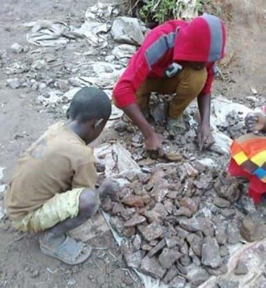 Des enfants trient et broient les pierres issues de mines de cobalt près de Kolwezi en RDC.