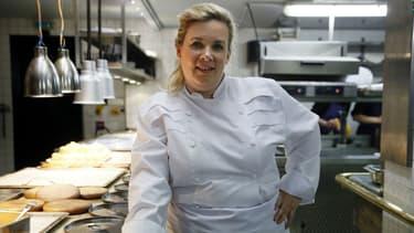 La chef française Hélène Darroze dans les cuisines de son restaurant éponyme à Paris, le 23 avril 2015