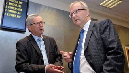 Le Premier ministre luxembourgeois et président de l'Eurogroupe Jean-Claude Juncker (à gauche), en compagnie du commissaire européen aux Affaires économiques et monétaires Olli Rehn. Selon Juncker, les ministres des Finances de la zone euro ont finalisé l