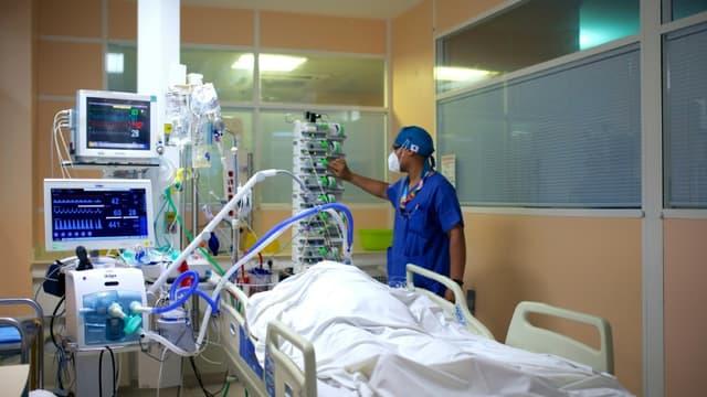 Un patient Covid est pris en charge dans le service de réanimation du CHU de Pointe-à-Pitre le 6 août 2021