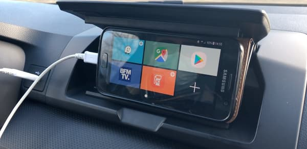 Dans les versions d'entrée de gamme, un astucieux support pour smartphone avec son application dédiée.