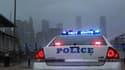 Une voiture de police au pied du pont de Brooklyn, à New York, à l'approche de l'ouragan Sandy, lundi en début de soirée.