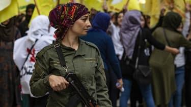 Une membre du service interne de sécurité kurde en poste lors d'une manifestation des kurdes syriens contre l'offensive turque et en soutien aux FDS, le 28 octobre 2019