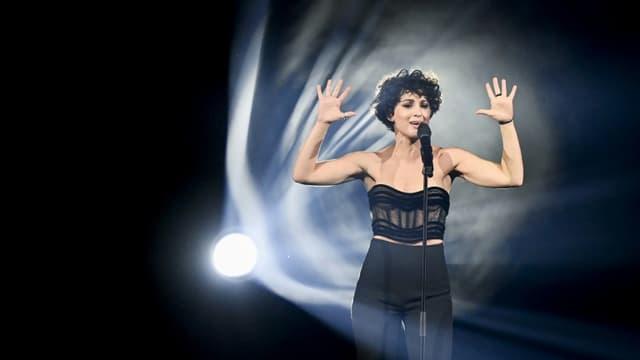 """Barbara Pravi, candidate de la France à l'Eurovision, interprète """"Voilà"""" lors d'une répétition, le 19 mai 2021 à Rotterdam, aux Pays-Bas"""