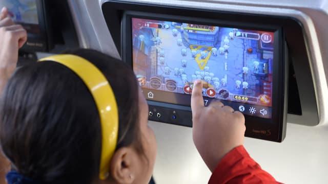 Une petite fille joue sur un écran tactile à bord d'un train de luxe en Inde, le 22 mai 2017. (Photo d'illustration)