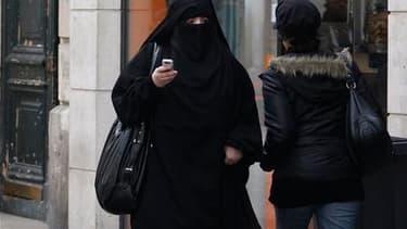 Le Parti socialiste souhaite interdire, au-delà de la burqa, l'ensemble des vêtements dissimulant le visage, et limiter cette interdiction à certains lieux publics pour la rendre applicable. /Photo prise le 2 avril 2010/REUTERS/Regis Duvignau