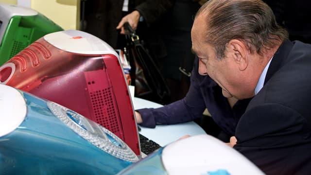"""Jacques Chirac regarde des ordinateurs, le 2 mars 2000, lors d'une visite à """"Republic Alley"""", la première communauté de start-up en France"""