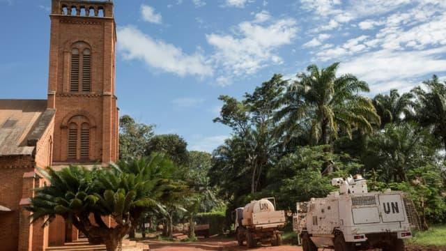Une patrouille de la Minusca passe devant la cathédrale de Bangassou, dans l'est de la Centrafrique, le 22 août 2017 (photo d'illustration)