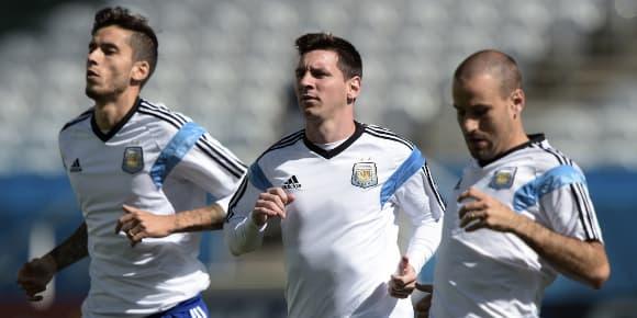Le quadruple ballon d'or Lionel Messi, de l'équipe d'Argentine, entouré de Ricky Alvarez (à gauche) et Rodrigo Palacio (à droite)