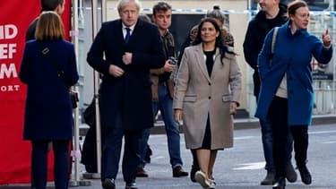 Le Premier ministre britannique Boris Johnson (g) et la ministre de l'Intérieur Priti Patel (d) arrivent sur les lieux d'un attentat qui a fait la veille deux morts, le 30 novembre 2019 à Londres