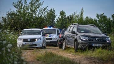 Les enquêteurs roumains quittent après l'avoir fouillée la maison de Gheorghe Dinca, le tueur présumé de deux jeunes filles, le 2 août 2019 à Caracal, dans le sud du pays