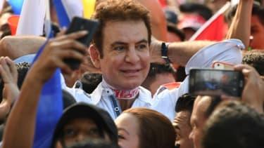 Le candidat de l'opposition à la présidence du Honduras Salvador Nasralla conduit la  manifestants pour protester contre la réélection du président sortant, à San Pedro Sula (180 km nord de Tegucigalpa), le 6 janvier 2018