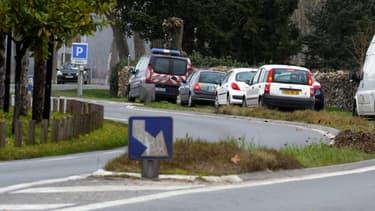 Des gendarmes enquêtent sur les lieux où l'enfant a été tuée par sa mère, le 9 mars 2015.