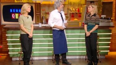 Alain Chabat entouré de Marina Foïs dans Burger Quiz.