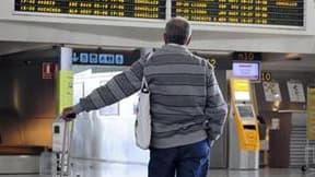 Un passager, samedi, dans l'aéroport de Bilbao, en Espagne. La majeure partie de l'espace aérien était fermé dimanche dans le nord de l'Italie à cause du nuage de cendres dû à l'éruption du volcan islandais Eyjafjöll. Outre l'Italie, les aéroports du nord