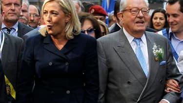 Marine Le Pen a emmené dimanche pour la première fois en présidente du Front national le traditionnel défilé du 1er-Mai à Paris où elle s'est posée en porte-drapeau des classes populaires face aux syndicats. /Photo prise le 1er mai 2011/REUTERS/Charles Pl