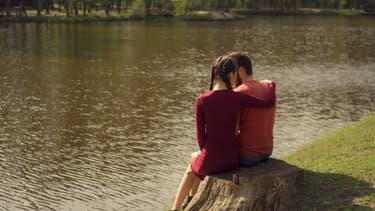 Un couple au bord de l'eau (photo d'illustration)