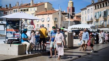 Passants sur le sport de Saint-Tropez, dans le Var, le 10 juillet 2021