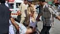 Des Pakistanais portant assistance à un blessé après un attentat suicide à Quetta. Au moins 43 personnes ont été tuées et une centaine d'autres blessées vendredi dans cette attaque commise lors d'une manifestation de solidarité avec le peuple palestinien.