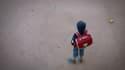 L'enfant se promenait avec son chien dans la rue. (Photo d'illustration)