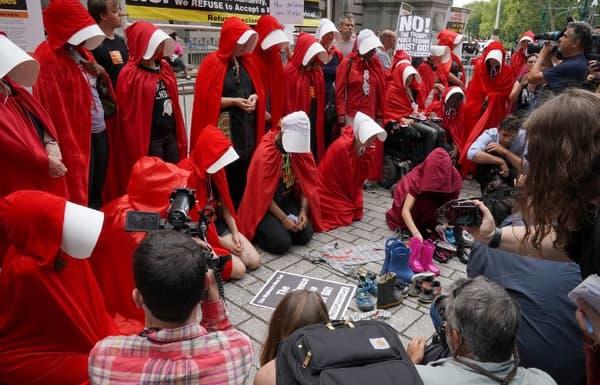 Des femmes vêtues du costume de la série américaine le 31 juillet dernier à New-York, réunies pour protester contre le vice-président Mike Pence.