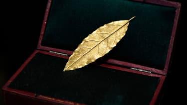 Cette feuille d'or provenant de la couronne de l'Empereur est l'une des rares qui a été sauvée après la Restauration.