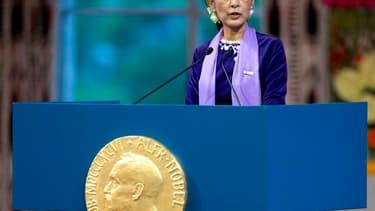 La dirigeante de l'opposition birmane Aung San Suu Kyi a reçu samedi à Oslo le prix Nobel de la paix qui lui avait été décerné en 1991, alors qu'elle était placée en résidence surveillée dans son pays. /Photo prise le 16 juin 2012/REUTERS/Daniel Sannum La