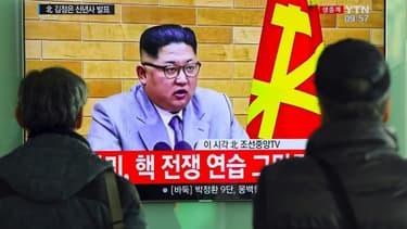 A Seoul, des passants regardent les voeux télévisés du leader nord-coréen, Kim Jong-Un, le 1er janvier 2018.