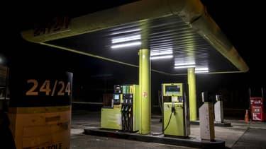 Sur 1 litre d'essence (E5) à 1,50€, l'automobiliste paie 0,95€ de taxes dont 14 centimes de TVA sur une autre taxe, la TICPE.
