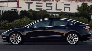 La première Model 3 de série, c'est elle. Le patron de Tesla Elon Musk a dévoilé le 09 juillet les premières images de la berline tant attendue.
