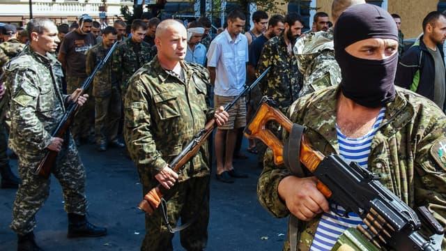 Des séparatistes pro-russes paradent avec des soldats ukrainiens faits prisonniers, à Donetsk, dans l'Est de l'Ukraine, le 24 août 2014.