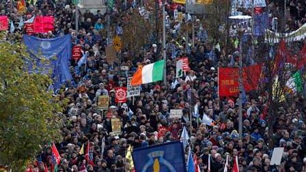 Des milliers d'Irlandais ont défilé samedi dans les rues de Dublin pour protester contre les mesures d'austérité du gouvernement et sa décision de solliciter l'aide de l'UE et du FMI, dont le plan d'assistance de 85 milliards d'euros doit être présenté di