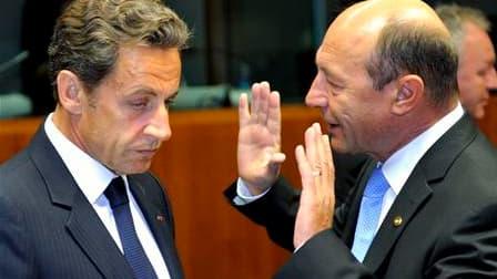 Nicolas Sarkozy en compagnie de son homologue roumain Traian Basescu, jeudi. La querelle entre Paris et Bruxelles sur la politique française à l'égard des Roms s'est invitée au sommet européen, où la présidence belge de l'UE a estimé que la Commission dev