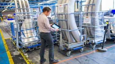 Airbus Group a choisi la solution STICKNTRACK de la start-up belge Sensolus qui, en étant connectée au réseau radio Sigfox, permet le suivi de milliers d'emballages avec leurs pièces détachées d'avion.