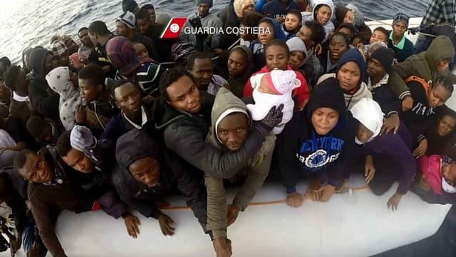 Une vidéo des garde-côtes italiens montre le sauvetage de migrants le 24 décembre 2015.