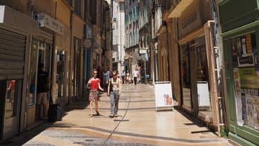 Rue commerçante à Avignon.