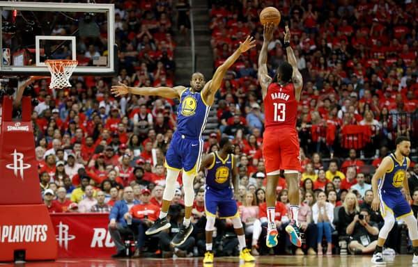 James Harden (de dos) tire à trois points sous le maillot des Houston Rockets en mai 2019