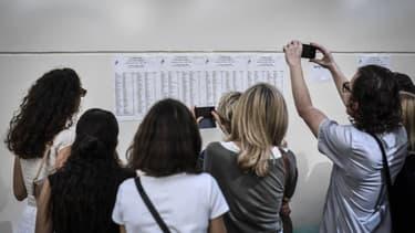 Des étudiants devant les résultats du bac. (photo d'illustration)
