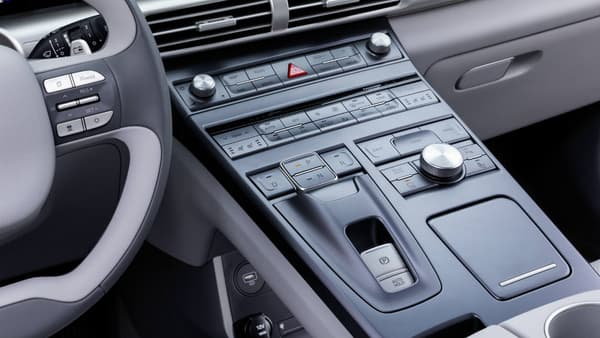 A côté de l'écran, de nombreuses fonctions sont aussi accessibles par bouton, sur la console centrale.