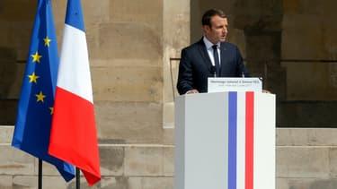 Emmanuel Macron a choisi de garder la même typographie et la même forme de pupitre que lorsqu'il était candidat.